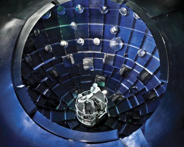 Interior da câmara onde ocorre a fusão, onde dois cientistas aparecem sentados
