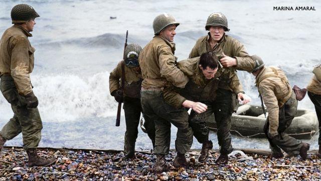 Médicos de EE.UU. ayudan a un soldado en la llegada a Normandía, Francia, en la Segunda Guerra Mundial.