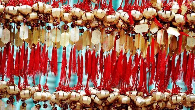 В храме Вон Тай Синь золотые колокольчики помечены именами тех, кто молится о благословении