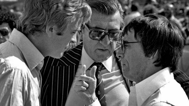 Max Mosley, Jean-Marie Balestre (entonces presidente de la FIA) y Bernie Ecclestone conversan en 1976.