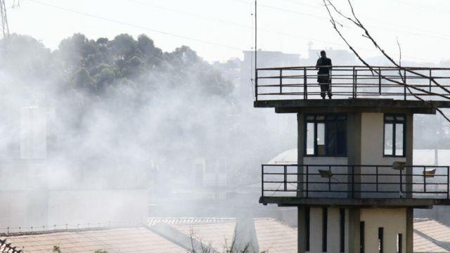 Foto de archivo que muestra humo y una torre de guardia en una prisión en el estado de Sao Paulo.
