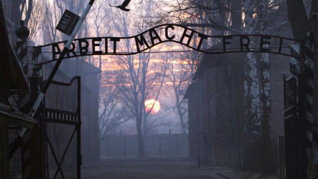 """Ворота концлагеря Аушвица со знаком Arbeit Macht Frei (""""Труд делает свободным"""")"""