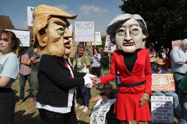 متظاهرون متنكرون بشخصية ترامب وماي