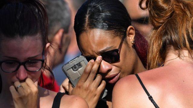 Pessoas choram após ataque em Nice