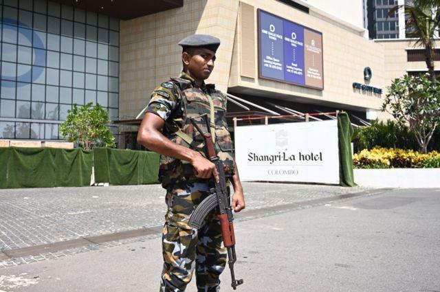 Soldado armado em frente ao Shangri-La Hotel, um dos atingidos em ataque no Sri Lanka