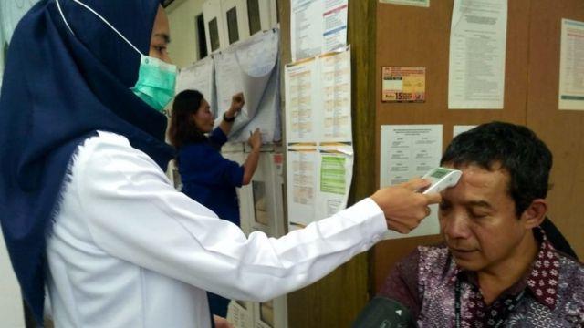 Petugas di PPK Menteng memeriksa petugas pemilihan.