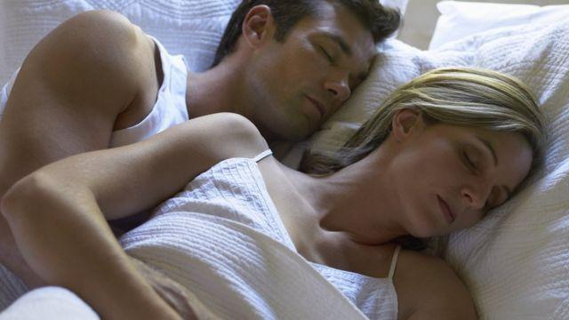 睡眠をとるカップル