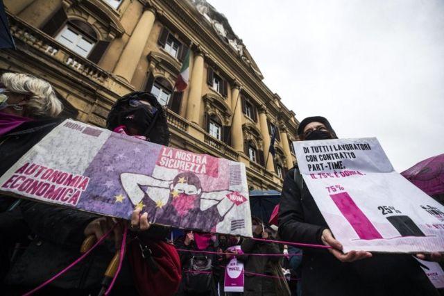 تجمع فعالان حقوق زنان مقابل ساختمان وزارت اقتصاد ایتالیا در رم