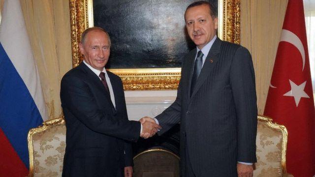 الرئيس التركي رجب طيب أردوغان والرئيس الروسي فلاديمير بوتين في لقاء في أنقرة عام 2009