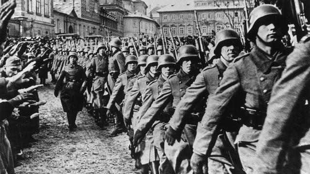 Tropas del ejército nazi en Praga durante la invasión de Checoeslovaquia en 1939