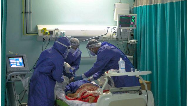 أطباء مصريون يعالجون مريضا في مستشفى