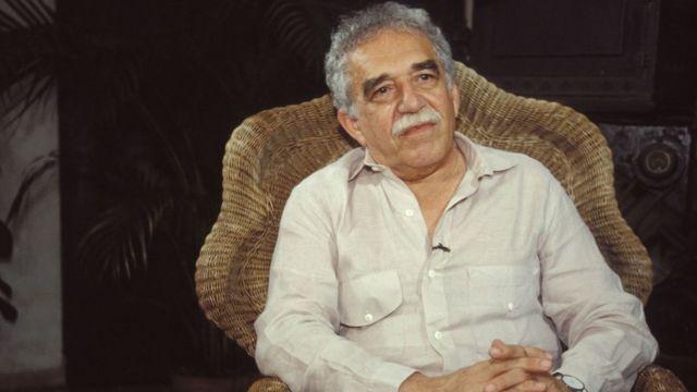 Gabriel García Márquez sentado em uma cadeira de palha