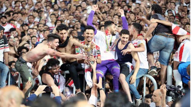 مشجعو الفريق يحتفلون مع اللاعبين