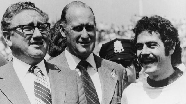 João Havelange entre o secretário de Estado americano Henry Kissinger e o jogador Rivelino, em 1976