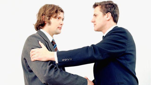رجلان يتصافحان