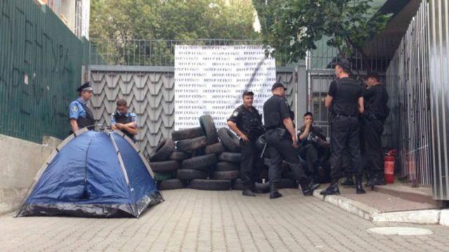 """Сотрудники полиции около телеканала """"Интер"""""""