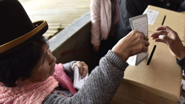 Mujer indígena votando