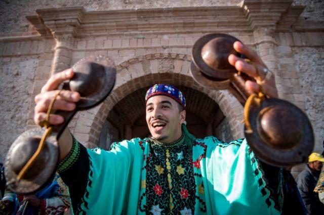 موسيقي في المغرب يحتفل بإدراج موسيقى كناوة ضمن قوائم اليونسكو للتراث الثقافي غير المادي