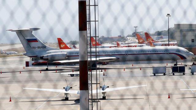 Un avión con bandera rusa en el aeropuerto Simón Bolivar de Caracas el domingo.