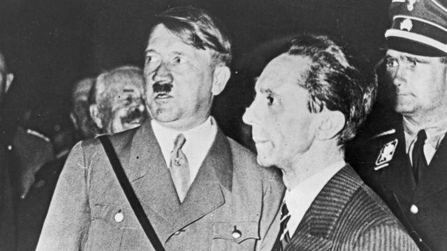 Hitler y su jefe de propaganda Joseph Goebbels durante la campaña electoral nazi en 1933
