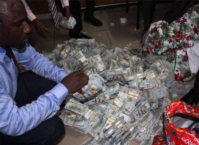 Wakuu wa usalama nchini Nigeria wakionyesha zaidi ya dola milioni 40 pesa taslimu