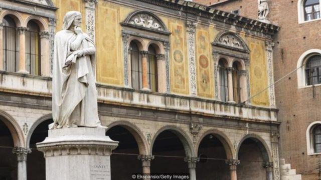 Nhà thơ người Ý Dante Alighieri đã viết cuốn 'Divine Comedy' bằng tiếng địa phương Tuscan thay vì Latin.