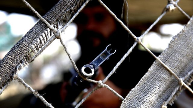 बंदूक ताने भारतीय सेना का जवान