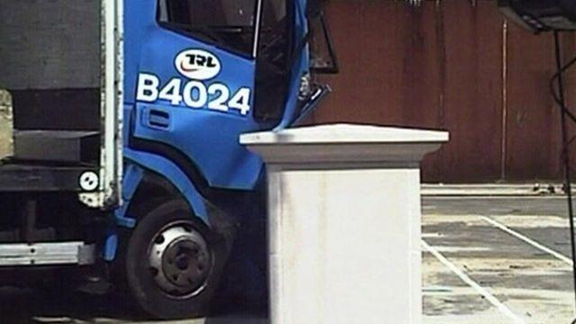 Imagen de una prueba para detener ataques de camión, presenciada por la BBC en 2009.