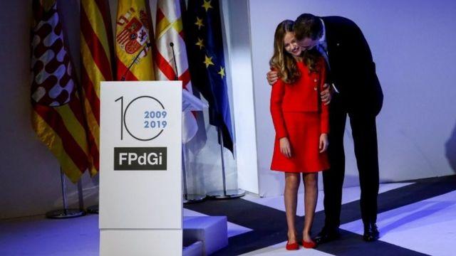 Принцеса Іспанії Леонор зі своїм батьком королем Філіпом на церемонії нагородження в Барселоні