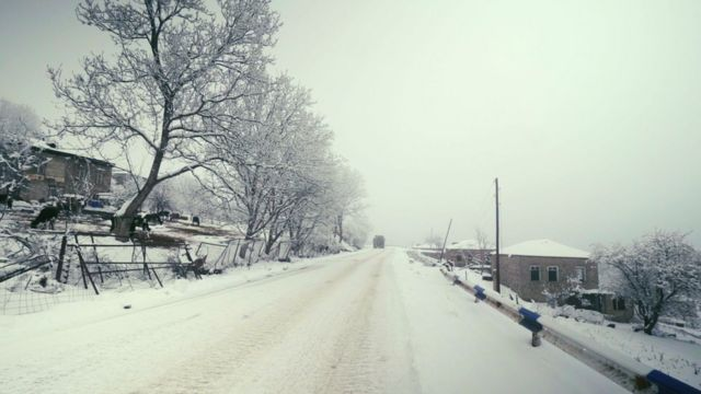 Граница между двумя частями Шурнуха проходит ровно по этой дороге. Слева - Армения, справа - Азербайджан