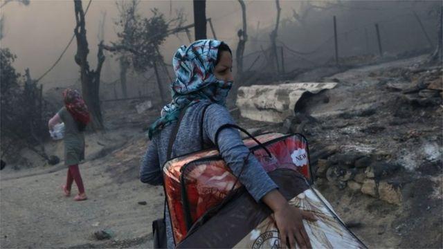 Migrantes abandonan el campamento quemado de Moria