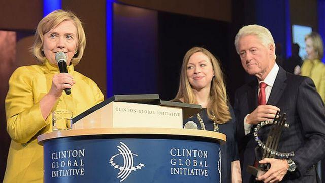 Chelsea y Bill Clinton miran a Hillary Clinton en una reunión de la Iniciativa Global Clinton