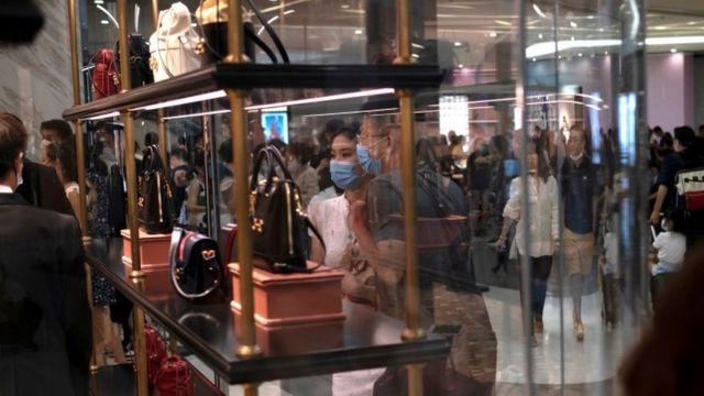 Chineses em shopping de Hainan