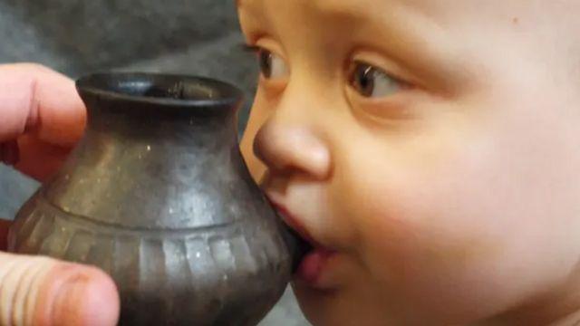 นมขวดยุคโบราณอาจเป็นนมแพะหรือนมวัว ใส่ภาชนะมีหูข้างเดียวให้ผู้ใหญ่จับเพื่อป้อนเด็ก