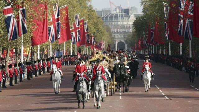エリザベス女王と習氏は馬車に乗ってバッキンガム宮殿に向かった(20日)