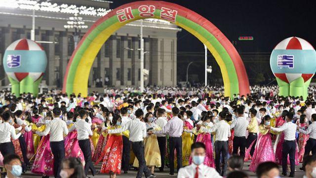 В Северной Корее с помпой отметили очередной День рождения Ким Ир Сена - правда, без социального дистанцирования, но в масках