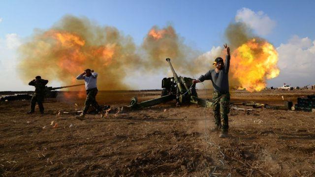 جنود عراقيون يقصفون أهدافا لتنظيم الدولة