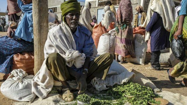 Hombre vende Khat en África