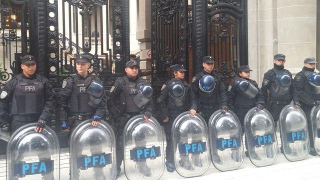 Policiais reforçam a segurança do Palácio San Martín