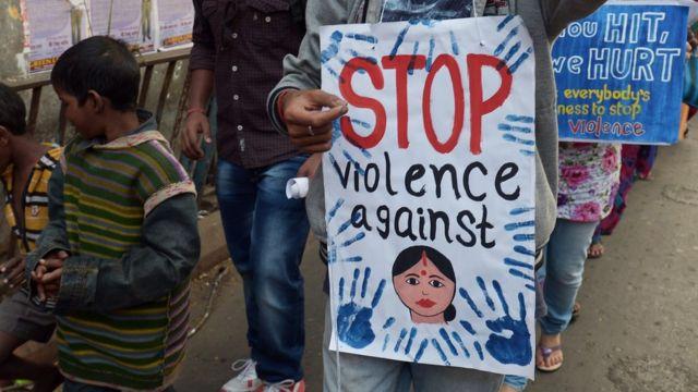 """""""Detengan la violencia contra los niños"""", dice este cartel."""