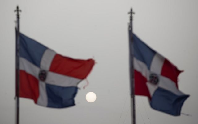 La nube de polvo por Santo Domingo