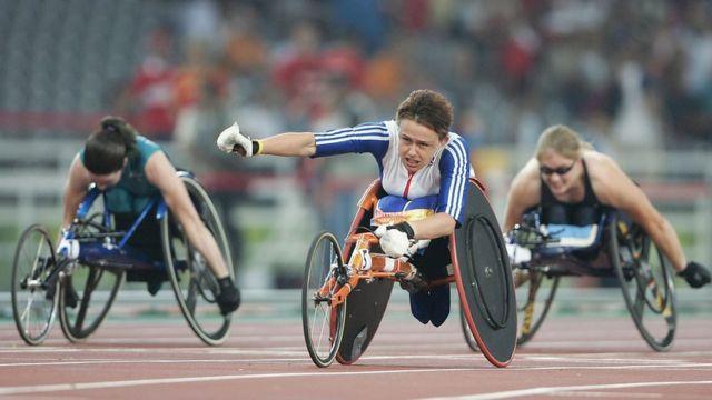 Grey-Thompson celebra su medalla de oro en Atenas 2004.