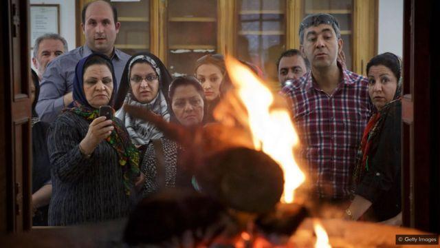 Une flamme brûle dans un temple du feu zoroastrien