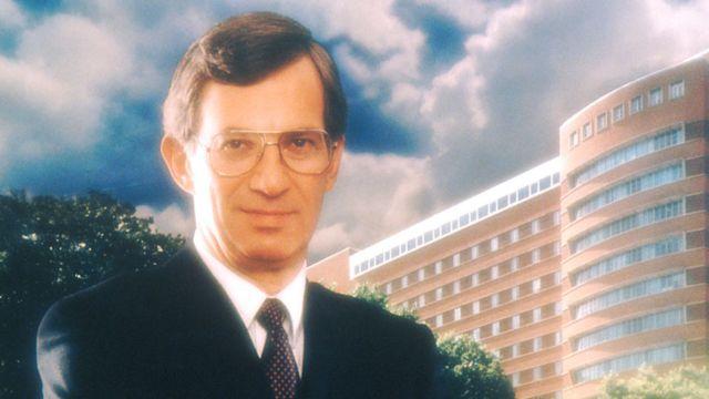 Un cuadro de Vincent DeVita frente al edificio del NCI