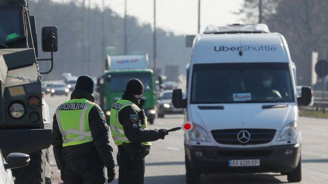 дорожный патруль останавливает грузовик