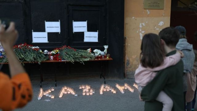 Стихійні меморіали з'явилися й в інших російських містах - наприклад, біля представництва Татарстану в Петербурзі