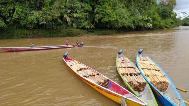 Botes con balsa en río Pastaza.