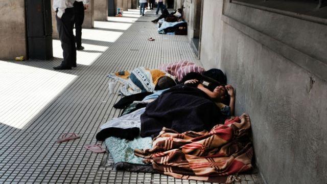 Gente durmiendo en la calle en Buenos Aires.