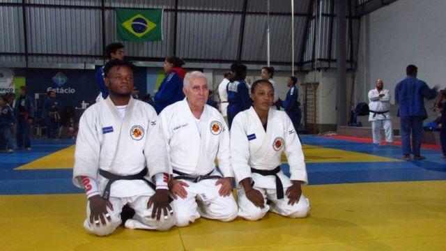 Geraldo Bernardes (centro) participa de evento do judô