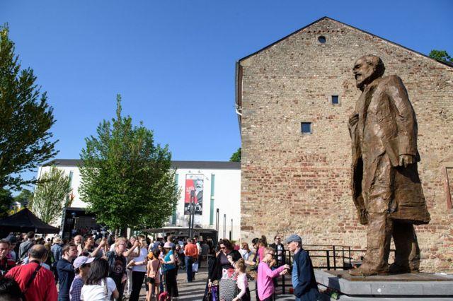 中国政府向特里尔捐赠了一尊马克思雕像,以纪念这位哲学家诞辰200周年。